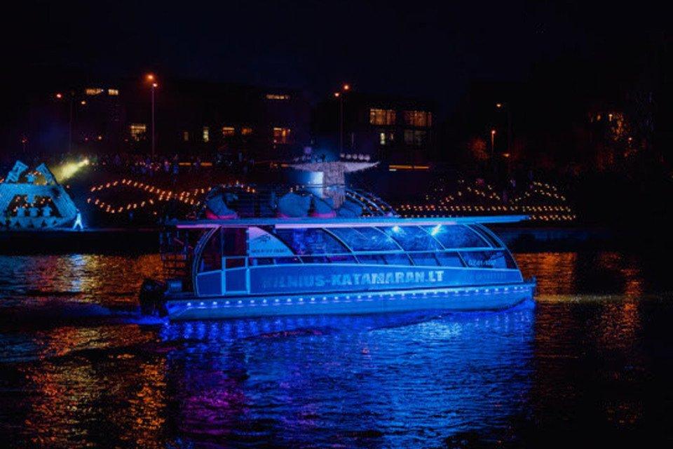 Katamaranas VilniusKatamaran.LT – nepamirštama vandens pramoga laivu Neryje